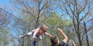скокове с детски батут